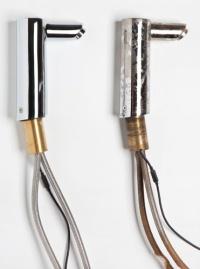 Links eine neue Hansgrohe Elektronikarmatur, rechts das gleiche Modell nach einem Jahr Einbauzeit in einem Objekt in Kuwait mit deutlichen Beschädigungsspuren. Vermutlich hat Säure aus einem Zementschleierentferner die Chrom-Oberfläche dieser Armatur angegriffen. Der Säureangriff ist durch Chromabtragungen und Laufspuren deutlich erkennbar.