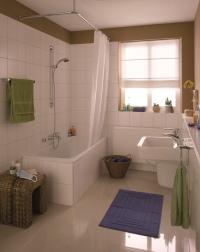 Vorher: Das Kleine Badezimmer Bietet Nur Platz Für Eine Badewanne. Duschen  Ist Unkomfortabel.